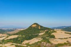 Schilderachtig de zomerlandschap van heuvels, landbouwbedrijven en weilanden Tusca royalty-vrije stock foto