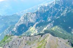 Schilderachtig hoogste panorama van de rotsachtige bergrand Stock Foto's