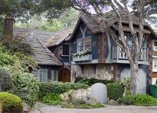 Schilderachtig huis met houten dak en balkon Royalty-vrije Stock Foto's