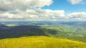 Schilderachtig Karpatisch bergenlandschap stock videobeelden