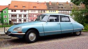 Schilderachtig landschap met retro auto. Stock Fotografie
