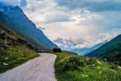 Schilderachtig landschap met smalle weg in de zomerbergen stock foto
