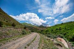Schilderachtig landschap met smalle weg in de zomerbergen royalty-vrije stock afbeelding