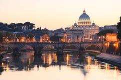 Schilderachtig landschap van St Peters Basilica over Tiber in Rome, Italië Royalty-vrije Stock Foto's