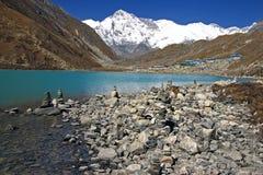 Schilderachtig Nepalees landschap met een meer stock foto
