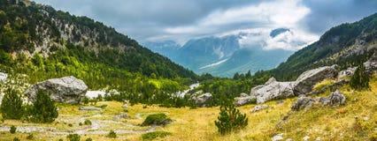 Schilderachtig panorama van afdaling aan de bergvallei Royalty-vrije Stock Foto