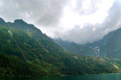 Schilderachtig, schoon, rustig bergmeer Stock Afbeeldingen