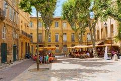 Schilderachtig vierkant met koffie in Aix-en-Provence, Frankrijk royalty-vrije stock fotografie