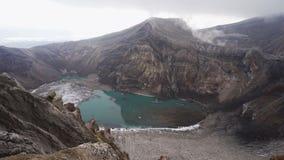 Schilderachtig vulkanisch landschap van Kamchatka: mooie mening van Vulkaan van krater de actieve Gorely, kratermeer en fumarolic stock videobeelden