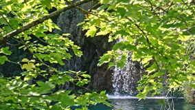Schilderachtig watervallenlandschap in Plitvice-Meren Nationaal Park stock footage