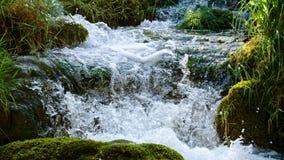 Schilderachtig watervallenlandschap in Plitvice-Meren Nationaal Park stock footage