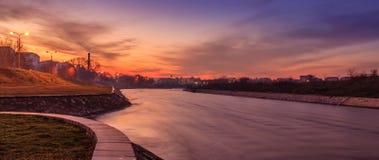 Schilderachtig zonsonderganglandschap bij Nisava-rivier Royalty-vrije Stock Foto