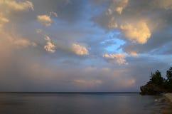 Schilderachtige avondhemel over het donkere water van Baikal Royalty-vrije Stock Afbeelding