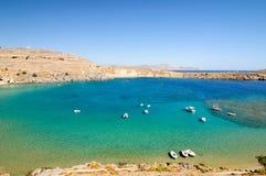 Schilderachtige Baai dichtbij de stad van Lindos, Griekenland stock foto's