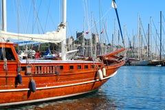 Schilderachtige boot in de haven van Bodrum, Turkije met St Peter Stock Afbeeldingen