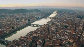 Schilderachtige die antenne van bruggen over de Arno-rivier in Florence, Italië wordt geschoten stock video