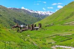 Schilderachtige en schitterende scène Rotstoren in Ushguli - het hoogste gewoonde in dorp in Europa Stock Foto's