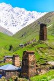 Schilderachtige en schitterende scène Rotstoren in Ushguli - het hoogste gewoonde in dorp in Europa Royalty-vrije Stock Afbeeldingen