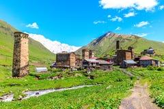 Schilderachtige en schitterende scène Rotstoren in Ushguli - het hoogste gewoonde in dorp in Europa Stock Afbeeldingen