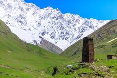 Schilderachtige en schitterende scène Rotstoren in Ushguli - het hoogste gewoonde in dorp in Europa Royalty-vrije Stock Fotografie