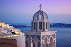 Schilderachtige Griekse kerkkoepel op Santorini-Caldera royalty-vrije stock fotografie