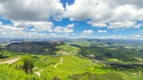 Schilderachtige groene heuvelige vallei dichtbij Enna-stad, Sicilië, Italië stock video