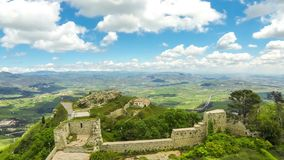 Schilderachtige groene heuvelige vallei dichtbij Enna-stad, Sicilië, Italië stock footage