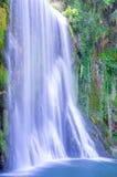 Schilderachtige grote die waterval door het groene bos wordt omringd Royalty-vrije Stock Fotografie