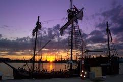 Schilderachtige havenzonsondergang stock foto