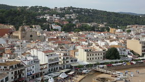 Schilderachtige huizen van oude Catalaanse stad stock videobeelden