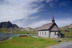 Schilderachtige kerk door meer royalty-vrije stock afbeelding