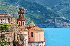 Schilderachtige kerkarchitectuur op de Amalfi Kust, Italië royalty-vrije stock afbeelding