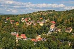Schilderachtige landschapsfoto van Loket-stad Gekleurde woonhuizen op de helling van de berg met oude bomen stock afbeeldingen
