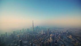 Schilderachtige luchthommelvlucht over de futuristische stad van Doubai van de toren reusachtige wolkenkrabber in roze de mistzon stock videobeelden