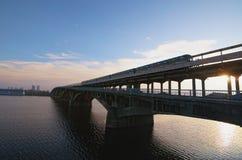 Schilderachtige mening over de Metro Metrobrug over de Dnipro-rivier in Kyiv, de Oekraïne Metro de trein beweegt zich langs de br stock foto's