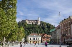 Schilderachtige mening over het kasteel van Ljubljana op heuvel van van de binnenstad royalty-vrije stock afbeeldingen