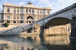 Schilderachtige mening van de mooie bouw van Hooggerechtshof van Cassatie over de Tiber-rivier in Rome, Italië Stock Foto