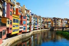 Schilderachtige mening van Girona met rivier Stock Afbeeldingen
