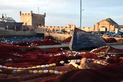 Schilderachtige Mening van Kleurrijke en Trillende Oude Essaouira-Haven, Sqala du Port, een verdedigingstoren, de vissershaven Stock Afbeeldingen