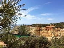 Schilderachtige mening van klippen bij de Atlantische kust van Portugal Royalty-vrije Stock Afbeelding