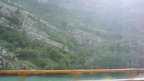Schilderachtige mening van mooie zongloed over de groene en rotsachtige Dinaric-Alp stock footage