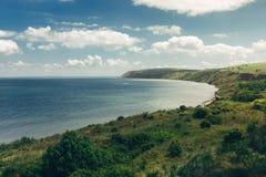 Schilderachtige mening van rotsachtig voorgebergte dat naar overzees op een mooie zonnige dag gaat Royalty-vrije Stock Fotografie