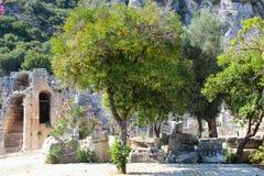 Schilderachtige meningen van de ruïnes van het oude theater op de achtergrond van bergen Royalty-vrije Stock Foto's