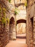 Schilderachtige middeleeuwse smalle straat van de oude stad van San Gimignano, Toscanië, Italië Stock Foto's