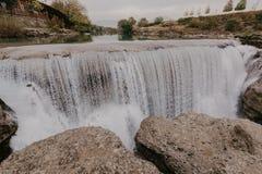 Schilderachtige Niagara-Dalingen op de rivier Cievna Montenegro, dichtbij Podgorica - Beeld stock foto