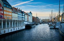 Schilderachtige Nyhavn, de de 17de eeuwwaterkant, het kanaal en het vermaakdistrict in Kopenhagen royalty-vrije stock afbeeldingen