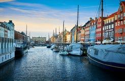 Schilderachtige Nyhavn, de de 17de eeuwwaterkant, het kanaal en het vermaakdistrict in Kopenhagen stock foto