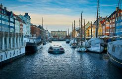 Schilderachtige Nyhavn, de de 17de eeuwwaterkant, het kanaal en het vermaakdistrict in Kopenhagen stock afbeelding