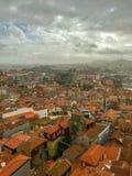 Schilderachtige panoramamening van Porto, Portugal in bewolkte dag stock foto's