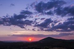 Schilderachtige purpere zonsondergang over heuvels Royalty-vrije Stock Foto's